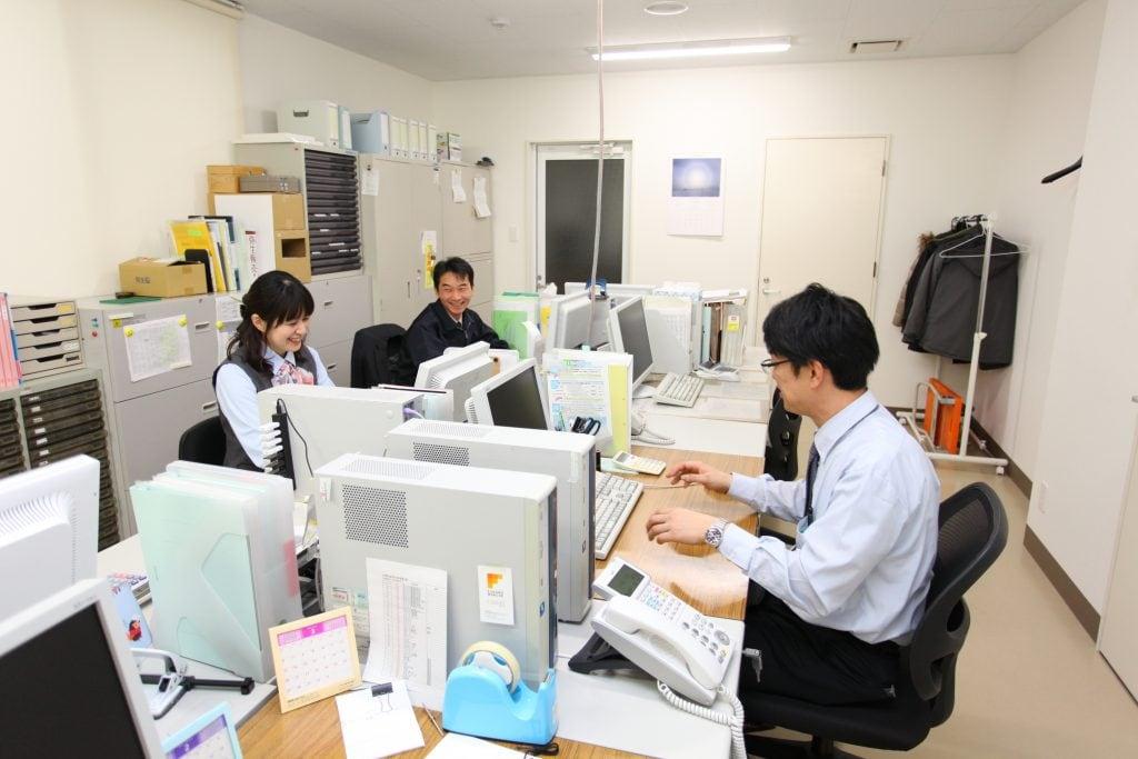 事務所仕事も夏はとても忙しい。経理のほか、語学力を生かして英語での問い合わせやちょっとした翻訳もこなす