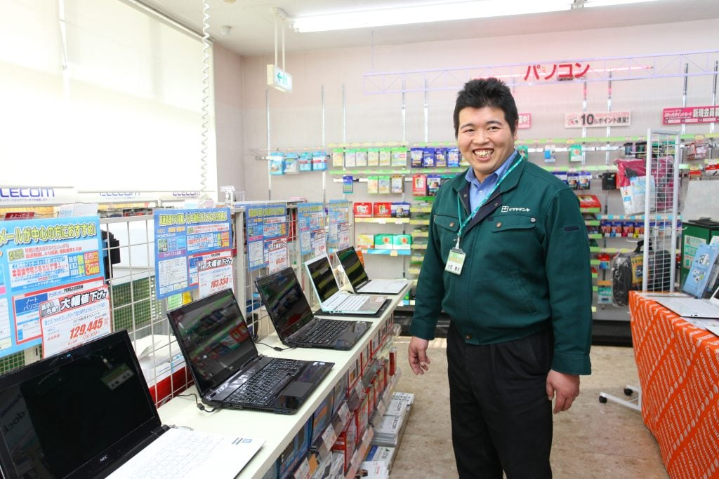 商品の勉強に余念がない副店長の太田さん。「お客さんに感謝されること、頼ってもらえることが励みになります」