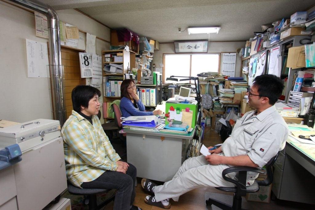 事務スタッフと談笑する高橋諒介さん(右)。取締役として、ふらの衛生社の今後を背負っていく