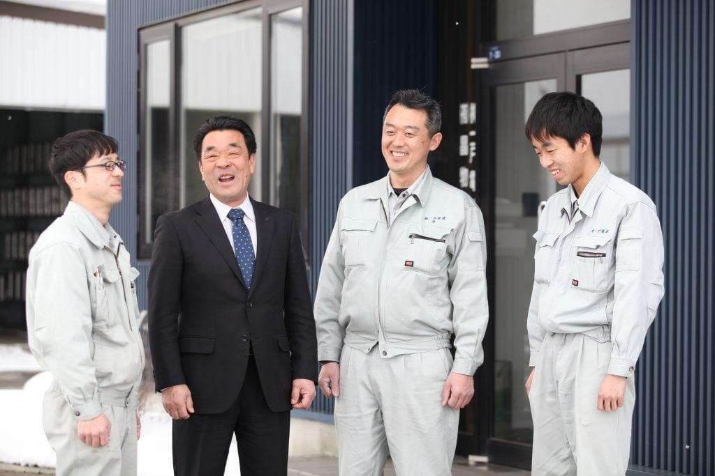 現場へと出発する直前の社員たちに、社屋前で声をかける一戸社長。若手たちは背筋を伸ばしつつもみんな笑顔だ