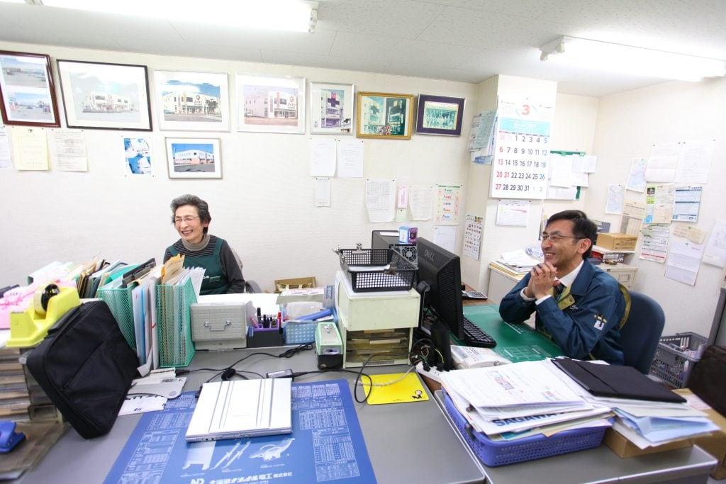 以前は店頭に立ち、夫婦で店を切り盛りしてきた中野社長のお母様。今は事務仕事を担い、店を支えている