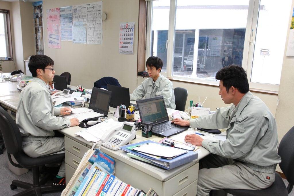 現場での工事作業だけでなく、事務所で図面を引いたり、書類作成などの事務処理をすることも。モニターを見つめる目は真剣