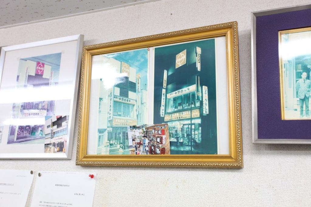 事務所の壁には、「中野商事」の看板を掲げていた時代の店舗写真。色あせた写真が、地域と共に歩んできた歴史を物語る