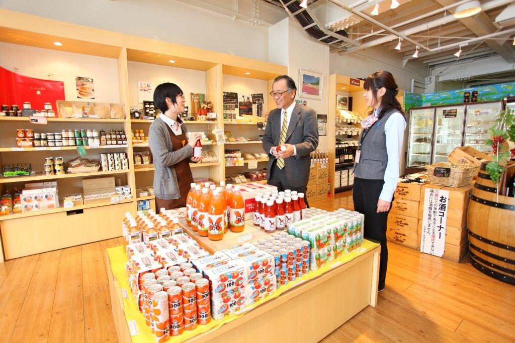 「アルジャン」で扱う商品は、約8割が富良野でしか買えないもの。新商品も随時登場するため、商品選びはまるで宝探しのよう