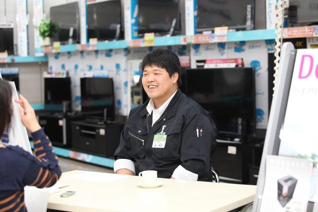 入社6年目の林さんは、社内のムードメーカー的存在。家では3歳の娘さんとの時間を大切にする良きお父さんだ。間もなくもう1人家族が増える